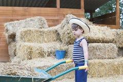 Agricoltore del ragazzo al granaio Fotografie Stock Libere da Diritti
