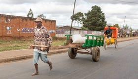 Agricoltore del riso in città Fotografie Stock Libere da Diritti