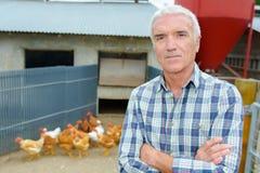 Agricoltore del ritratto con i polli Fotografia Stock