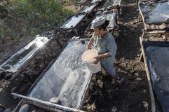 Agricoltore del villaggio del sale di Kusamba Immagine Stock