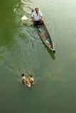 Agricoltore dell'anatra in una barca Fotografie Stock Libere da Diritti