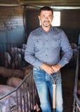 Agricoltore dell'uomo che sta nel porcile Fotografia Stock Libera da Diritti
