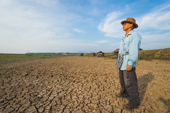 Agricoltore dell'uomo del paese al pericolo di riscaldamento globale del mutamento climatico Immagine Stock Libera da Diritti