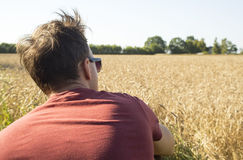 Agricoltore dell'uomo dietro vicino nel giacimento della segale Fotografie Stock Libere da Diritti