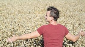 Agricoltore dell'uomo nel giacimento della segale Fotografia Stock Libera da Diritti