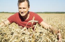 Agricoltore dell'uomo nel giacimento della segale Fotografie Stock