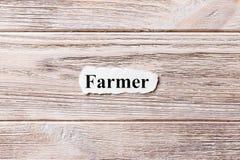 Agricoltore della parola su carta Concetto Parole dell'agricoltore su un fondo di legno Fotografie Stock