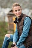 Agricoltore della ragazza che lavora nel giardino con i fiori Piantagione del da Fotografia Stock