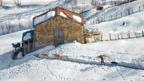 Agricoltore delle alpi italiane al granaio Fotografie Stock Libere da Diritti