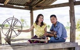 Agricoltore delle coppie nel vestito dell'agricoltore Fotografie Stock