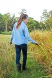 Agricoltore delle donne nel giacimento di grano maturo Fotografia Stock