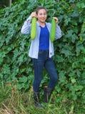 Agricoltore delle donne nel giardino della pianta dello zucchini Immagine Stock Libera da Diritti