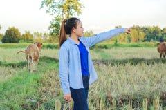 Agricoltore delle donne nel riso del campo Fotografia Stock Libera da Diritti