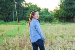 Agricoltore delle donne nel riso del campo Fotografie Stock