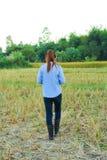 Agricoltore delle donne nel riso del campo Immagine Stock