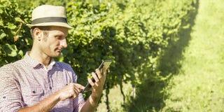 Agricoltore di Digital che controlla il suo campo Fotografia Stock