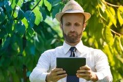 Agricoltore di Digital che controlla il suo campo Fotografia Stock Libera da Diritti