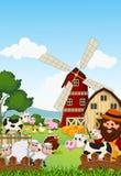 Agricoltore divertente alla sua azienda agricola con un mazzo di animali da allevamento Immagine Stock Libera da Diritti