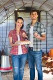 Agricoltore due con le uova fresche in pollaio Fotografia Stock