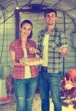 Agricoltore due con le uova fresche in pollaio Fotografia Stock Libera da Diritti