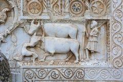 Agricoltore e buoi su bassorilievo medievale fotografia stock libera da diritti