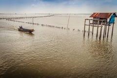 Agricoltore e capanna del cuore edule nel mare che ha usato affinchè il proprietario resti Immagine Stock