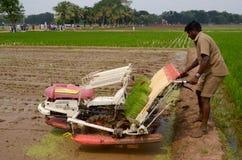Agricoltore e macchina dell'aratro Fotografie Stock Libere da Diritti