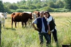 Agricoltore e moglie nel campo Fotografie Stock