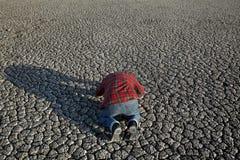 Agricoltore e siccità nel campo Fotografie Stock Libere da Diritti