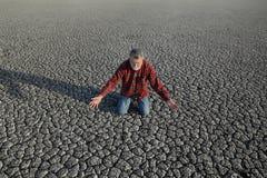 Agricoltore e siccità nel campo Immagini Stock Libere da Diritti