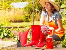 Agricoltore e strumenti di giardinaggio femminili in giardino Immagine Stock Libera da Diritti