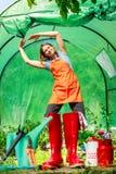 Agricoltore e strumenti di giardinaggio femminili in giardino Fotografia Stock Libera da Diritti