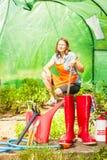 Agricoltore e strumenti di giardinaggio femminili in giardino Fotografia Stock