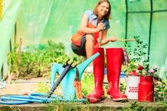 Agricoltore e strumenti di giardinaggio femminili in giardino Immagini Stock Libere da Diritti