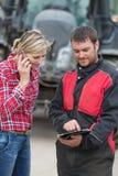 Agricoltore e tecnico che collaborano con l'elettronica Immagine Stock Libera da Diritti