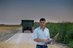 Agricoltore e trattore nel campo Immagine Stock Libera da Diritti