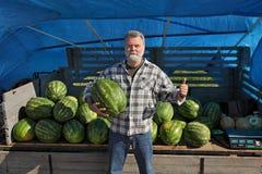 Agricoltore ed anguria Fotografie Stock Libere da Diritti