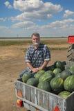 Agricoltore ed angurie al rimorchio, mercato degli agricoltori Immagini Stock Libere da Diritti