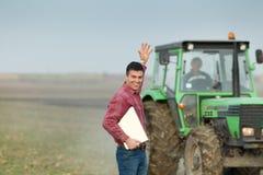Agricoltore entusiasta su terreno coltivabile Fotografie Stock