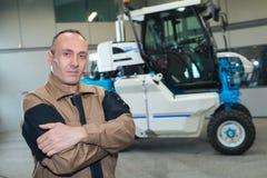 Agricoltore felice accanto al trattore Fotografia Stock