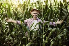 Agricoltore felice che posa nel campo Fotografie Stock