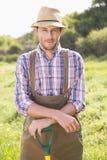 Agricoltore felice che sorride alla macchina fotografica Fotografie Stock