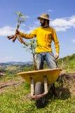 Agricoltore felice che tiene fiero il suo prodotti Fotografia Stock