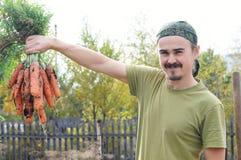 Agricoltore felice con le carote Fotografie Stock Libere da Diritti