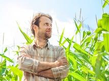 Agricoltore felice davanti al suo campo di grano Fotografie Stock