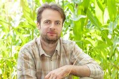 Agricoltore felice davanti al suo campo di grano Immagini Stock