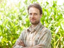 Agricoltore felice davanti al suo campo di grano Fotografia Stock