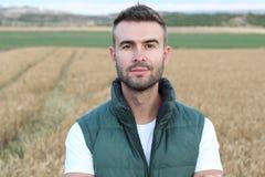 Agricoltore felice nel campo che controlla le piante di patate durante un giorno di estate, un'agricoltura ed il concetto soleggi Immagine Stock Libera da Diritti