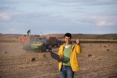 Agricoltore felice nel giacimento della soia Fotografia Stock