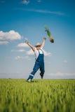 Agricoltore felice nel grano contro cielo blu con le nuvole bianche Immagini Stock Libere da Diritti